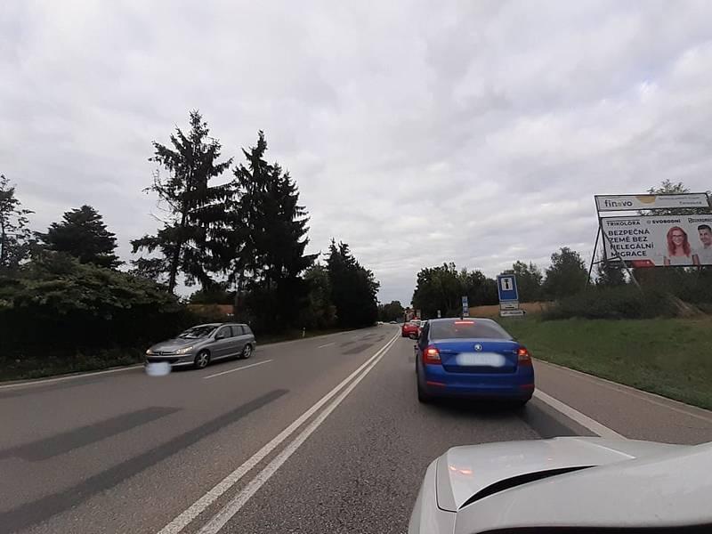 Kvůli nehodě kamionu u Plané se tvoří dlouhé kolony a policisté odklánějí dopravu.