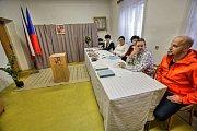 Členky a jeden člen volební komise v Komářicích chtěli po druhé hodině nejprve sami odvolit, aby se pak mohli naplno věnovat příchozím voličům. Ty jim ale jejich záměr zhatili, protože přicházeli  hned od dvou hodin ve velkém počtu.