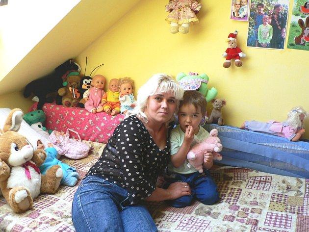 Malé, ale útulně zařízené pokoje, nabízí Krizové centrum v Kostelci. V době naší návštěvy už se malá Karolínka (na snímku s maminkou) pomalu chystala na stěhování do nového domova.