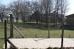 Hraniční přechod do Pyhrabrucku jako by se vrátil do časů železné opony. Ostnatý drát je ze zátarasu příhraničního muzea.