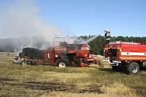 Požár vypukl přímo na poli kvůli poruše na dvacet let starém lisu. Oheň poté přeskočil na slámu a rozšířil se na strniště okolo.