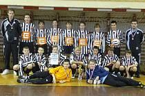 Trenér Radim Pouzar (stojí vpravo) s týmem SK Dynamo ČB U13