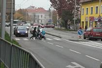 Přechody na Pražské třídě v Českých Budějovicích (na snímku zebra, která míří do  Puklicovy ulice) se stávají nebezpečnou zónou. Nehod zde přibývá.