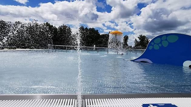 V areálu letní plovárny na malé návštěvníky čeká nový dětský nerezový bazén s herními prvky.