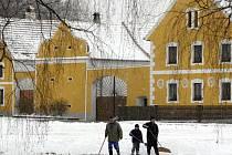 Uklízení sněhu, jako to dělají na snímku lidé v Záboří na Českobudějovicku, se jen tak nevyhneme.