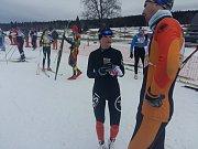 Vítězka závodu klasickou technikou Kamila Knopová se dělí o své zážitky s dalšími účastníky závodu.  Foto: Deník/Michal Havelka