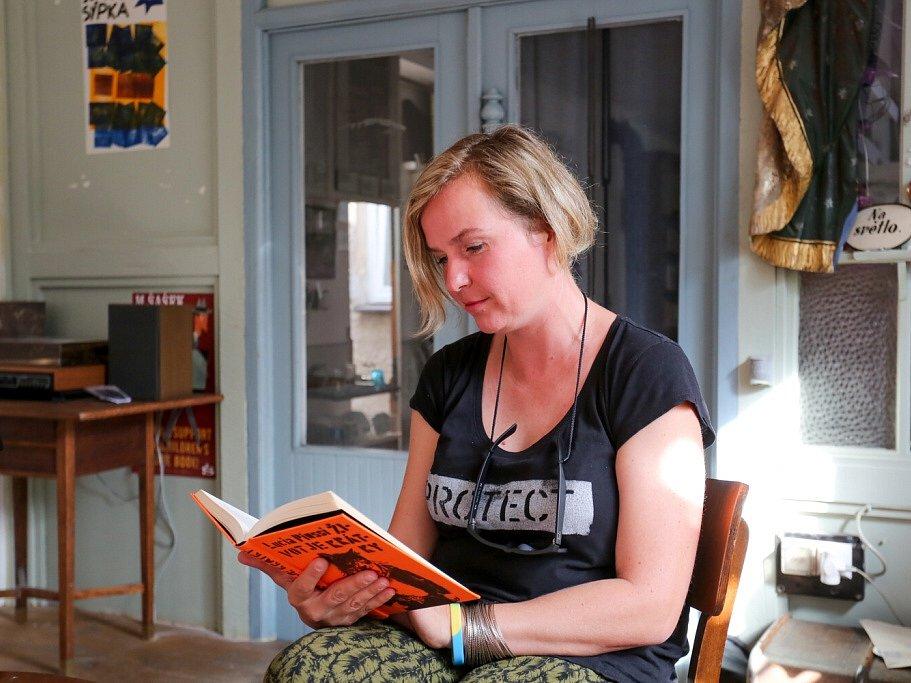 Táborský knižní festival Tabook rozžil o víkendu kotnovskou sýpku i další prostory ve městě. Na snímku Lucia Piussi, zpěvačka kapely Živé kvety a spisovatelka.