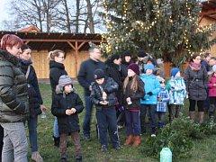 Ve Vidově děti zapálily vánoční spirálu. Pro místní byl ale připraven i živý betlém.