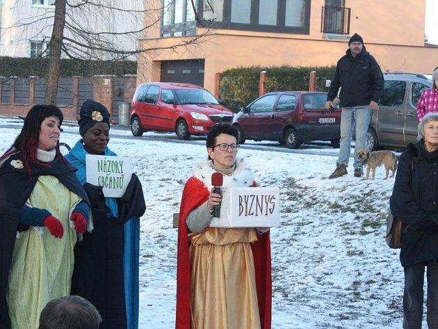 Moc, bohatství a také petice a názory občanů přinesli symbolicky tři králové členky Utrhlého divadla, ve středu odpoledne kMalému jezu vČeských Budějovicích.