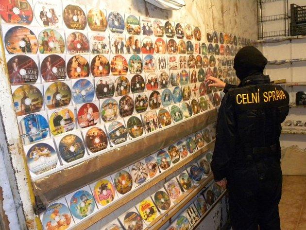 Tisíce padělků textilu, galanterie, CD a DVD nosičů i hodinek odváželi celníci ze dvou razií na tržnici ve Strážném.