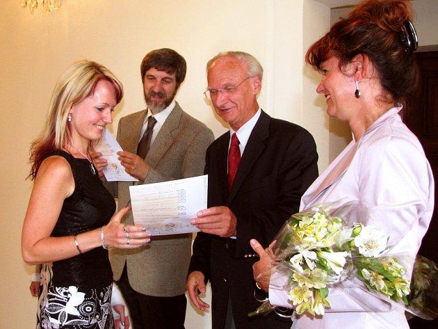 Rakouský honorární konzul Viktor Blanka v pondělí v obřadní síni českobudějovické radnice předával mezinárodně uznávané diplomy z němčiny studentům Jazykové školy s právem státní jazykové zkoušky.