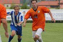 Roudenský Csavoj se v úvodním přípravném utkání nové sezony uvedl v dresu svého klubu dvěma góly, které dal sedmnáctce Dynama: na snímku z duelu s Hlubokou uniká Lukáši Adamovi.
