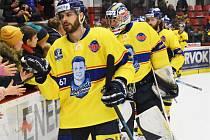 V rámci projektu Legendy legendám nastoupili hokejisté ČEZ Motoru ve speciálních dresech s podobiznou obránce Antonína Španingera. Na snímku vpředu je Kanaďan David Gilbert.