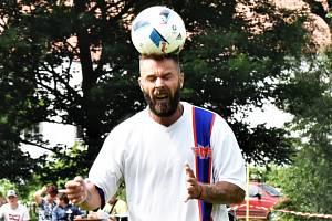 Lídr hokejistů Motoru Milan Gulaš si rozumí i s fotbalovým míčem.