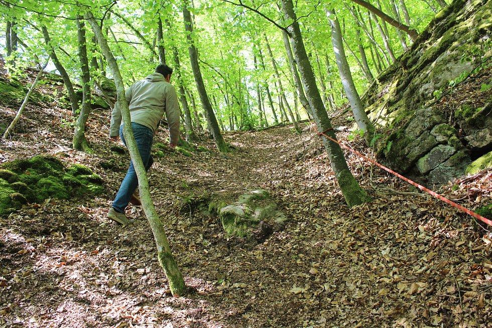 Na skále nad řekou kousek nad Purkarcem budují Hlubočtí via ferratu, zajištěnou lezeckou trasu.
