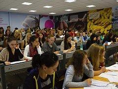 Ekonomická fakulta Jihočeské univerzity v Českých Budějovicích začala upravovat své učebny. Největší posluchárna dostala výzdobu, která připomíná pravidla fair trade obchodu.