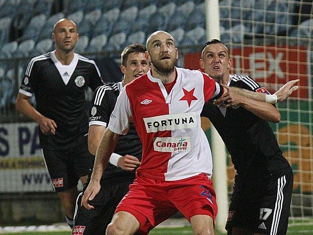 Martina Latku v zápase Dynama se Slavií (1:1) atakuje domácí Jiří Kladrubský.