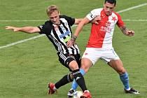 První gól Slavie v Č. Budějovicích dal Stanciu (vpravo v souboji s Patrikem Čavošem).
