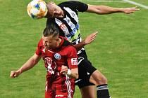 Před týdnem doma s Olomoucí fotbalisté Dynama vyhráli 2:0 (na snímku si Maksym Talovierov vyskočil na olomouckého Breiteho), uspějí Jihočeši i ve středu s Teplicemi?