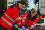 Dvaadvacetiletý Karel Slunečko z Tábora (vlevo) se stará o indikované pacienty lékařem či hygienickou stanicí, kteří přichází na odběry z nosohltanu.