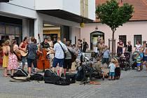 Týn nad Vltavou se ve středu rozezněl hudbou. Muzikanti hráli v ulicích.