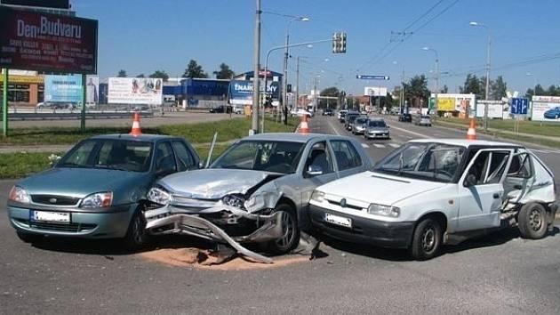 Křižovatka u Výstaviště v krajském městě byla v sobotu dopoledne dějištěm srážky tří osobních aut. Před půl devátou se tam srazila Škoda Felicia, VW Golf a Ford Fiesta. Při nehodě se zranili tři lidé, odstraňování následků trvalo až do odpoledne.