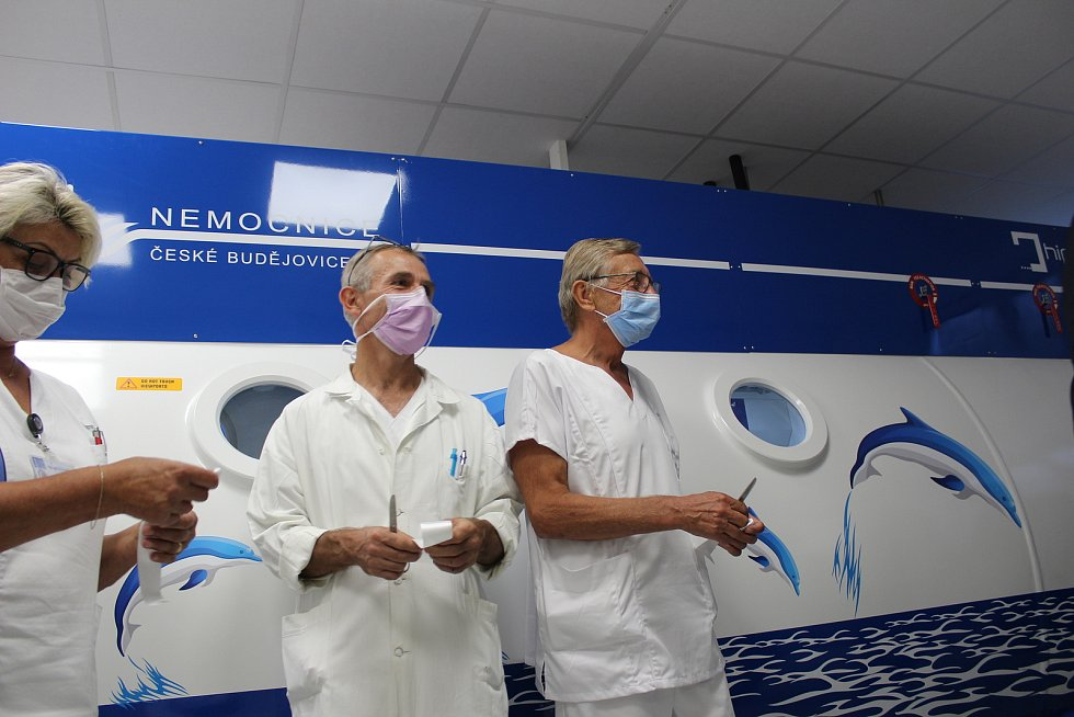 Zástupci českobudějovické nemocnice slavnostně přestřihli pásku a zahájili tak provoz nové hyperbarické komory.