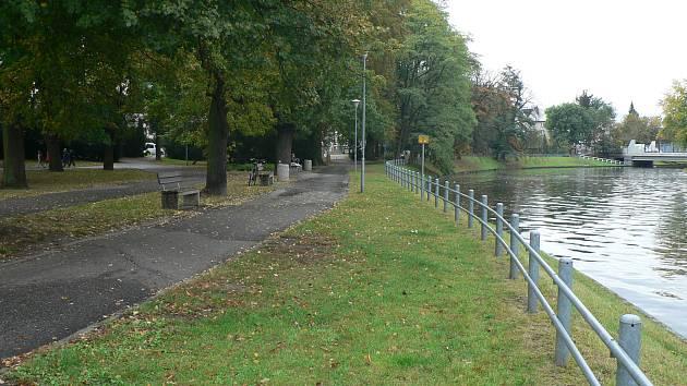 Aktuální podoba parku v budějovické Dukelské ulici. Radnice chystá jeho úpravy.