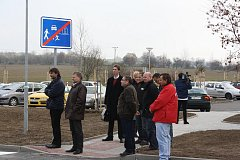 Přes 2000 obyvatel Hlineckého sídliště v Týně nad Vltavou má od pátku oficiálně k dispozici druhou výjezdovou cestu, nové osvětlené parkoviště i chodníky.