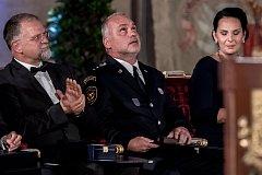 Prezident Miloš Zeman na státní svátek 28. října předával státní vyznamenání ve Vladislavském sále Pražského hradu. Tatínek zavražděného policisty Václava Haase přijal vyznamenání s hrdostí i zármutkem.