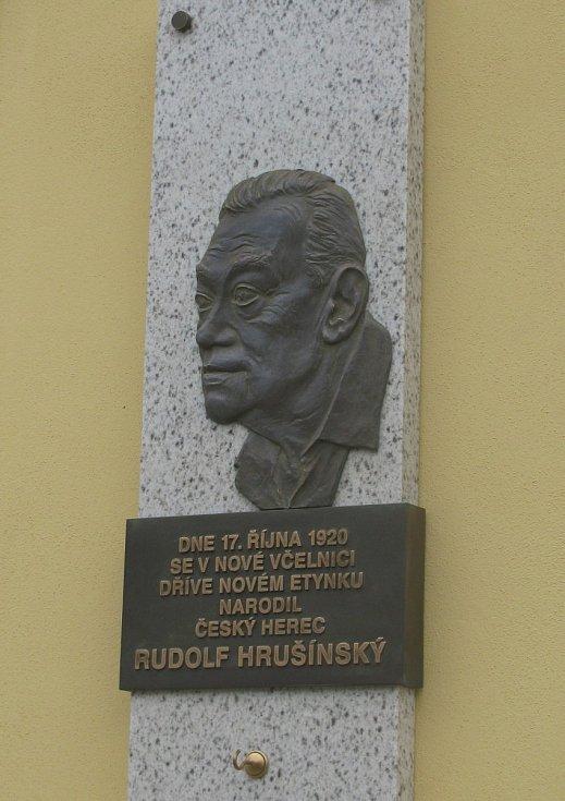 Pamětní deska připomíná Rudolfa Hrušínského v Nové Včelnici, kde se narodil 17. října 1920.