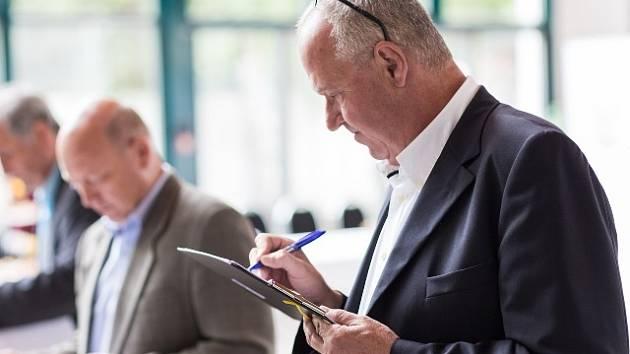 Zdeněk Velikovský na snímku letošního května, kdy už poosmé pracoval v roli člena hodnotitelské komise v soutěži CHUTNÁ HEZKY. Jihočesky.