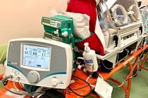 Českobudějovickým neonatologům pomáhá v léčbě novorozenců s plicní hypertenzí mobilní verze speciálního přístroje na NO.