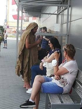 Bosý muž oděný do pytlové sutany v Budějovicích žádá jenom oalmužnu.