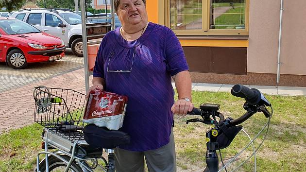 Anna Herdová si pro plechovky přijela na kole
