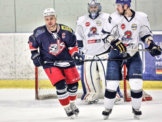 KAPITÁN David servisu Roman Šulčík (vlevo) v utkání s táborskými Kohouty. Vpravo je obránce Tábora Marcel Dvořák, v pozadí gólman Kohoutů Tomáš Klestil.