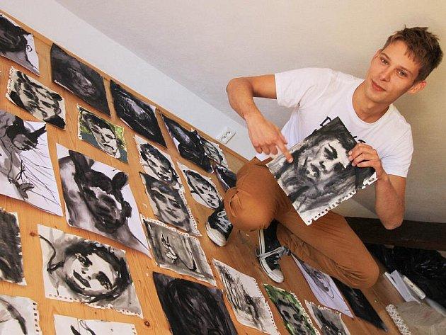 V Egon Schiele Art Centru vystavuje deset mladých výtvarníků. Na snímku slovenský umělec Andrej Dúbravský, který vytvořil sérii portrétů, inspirovaných lidmi z Českého Krumlova. Nejraději maluje zajíce, vnímá je jako sexuální symbol.