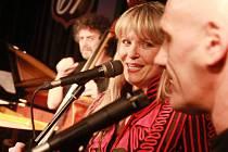 Chantal Poullain přišla při koncertě v klubu Higheay 61 o hlas, ale jeden duet se Štěpánem Markovičem zvládla.