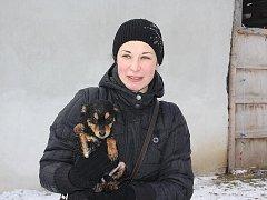 Členka Cibely Iveta Kučerová drží v náručí vyzáblého promočeného psa z Hranic. Společně s dalšími dvaceti zvířaty do té doby přežíval v naprosto příšerných podmínkách.