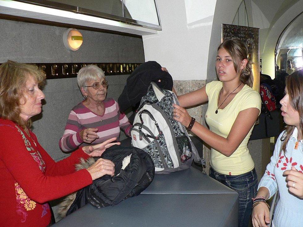 Jihočeské divadlo pořádalo dny otevřených dveří. O hosty se v divadle stará šest šatnářek - Marie Prášková a Marie Šimková (na snímku) a Marie Dolná, Ludmila Zvoníková, Marie Sirová a Vlasta Krejčová.
