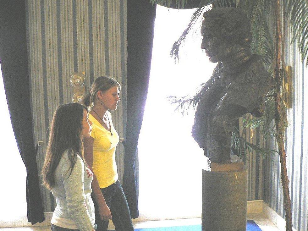 Jihočeské divadlo pořádalo dny otevřených dveří. Současníci pozoruje busta J. K. Tyla.