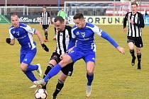 Jiří Kladrubský bojuje s vlašimským Janem Pavlíkem: Vlašim - Dynamo ve II. lize kopané 0:1.