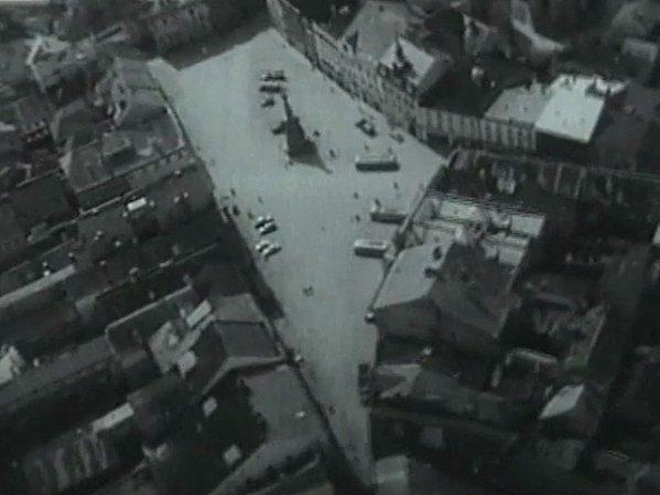 Letecký pohled zfilmu na na jindřichohradecké náměstí Míru. Hrdina říká, že ve městě žije 6800obyvatel.