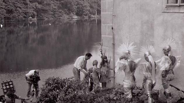 Nejen pohádky se točily na Červené Lhotě. Snímek ukazuje práci na filmu Pan Tau - k vodě jdou zvláštní bytosti.