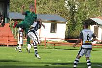 Fotbalisté Kaplice (v bíločerných dresech) doma prohráli s Prachaticemi 1:2.