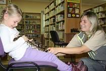 Krajta královská na klíně malých čtenářů není v dětském oddělení Jihočeské vědecké knihovny až tak mimořádným zážitkem.  Atraktivní programy jsou tu na pořadu dne pravidelně.