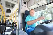 V šedesáti letech si udělal Karel Sysel řidičák na autobus, opustil práci dřevorubce a začal vozit cestující v MHD.