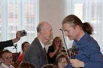 Ladislav Havel, jihočeská legenda, která naučila hrát na housle stovky žáků včetně Pavla Šporcla, slavil 22. května 90. narozeniny. Na snímku při koncertu 16. května 2015 věnovaném jeho jubileu, s Pavlem Šporclem.