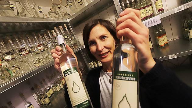 Také v Lihovaru a palírně ovoce v Poněšicích u Hluboké nad Vltavou zaznamenávají zvýšenou poptávku po silné pálence.