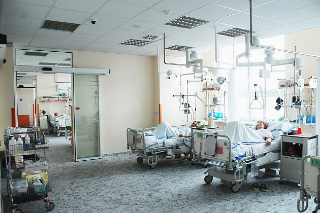Nová jednotka intenzivní péče s prvními pacienty.